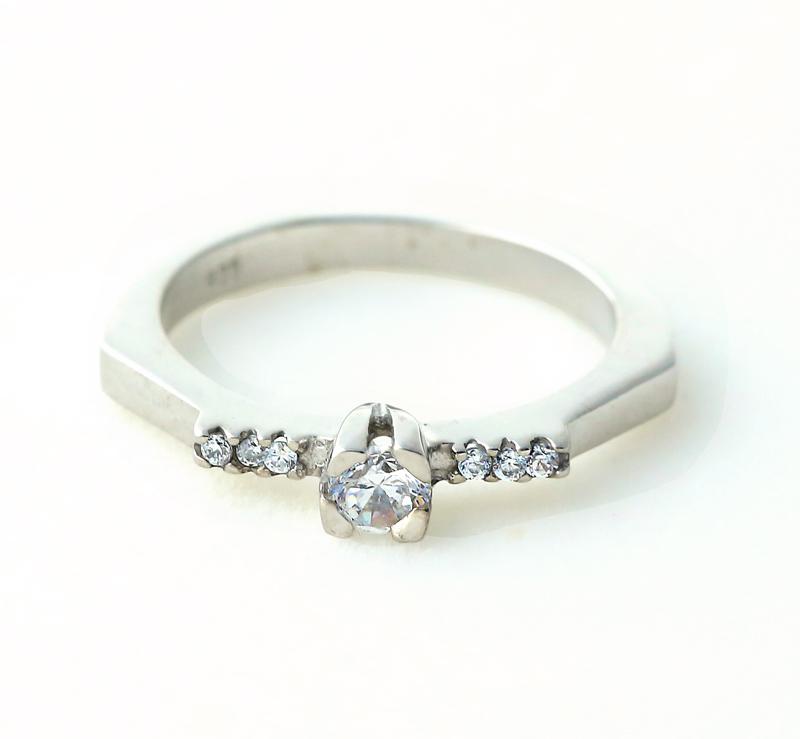 Aetoma Ασημένιο μονόπετρο δαχτυλίδι με μικρά λευκά ζιργκόν