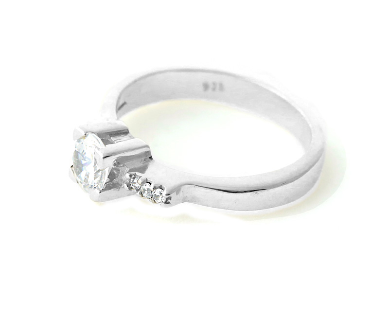 Aetoma Ασημένιο μονόπετρο δαχτυλίδι συν τρία λευκά ζιργκόν