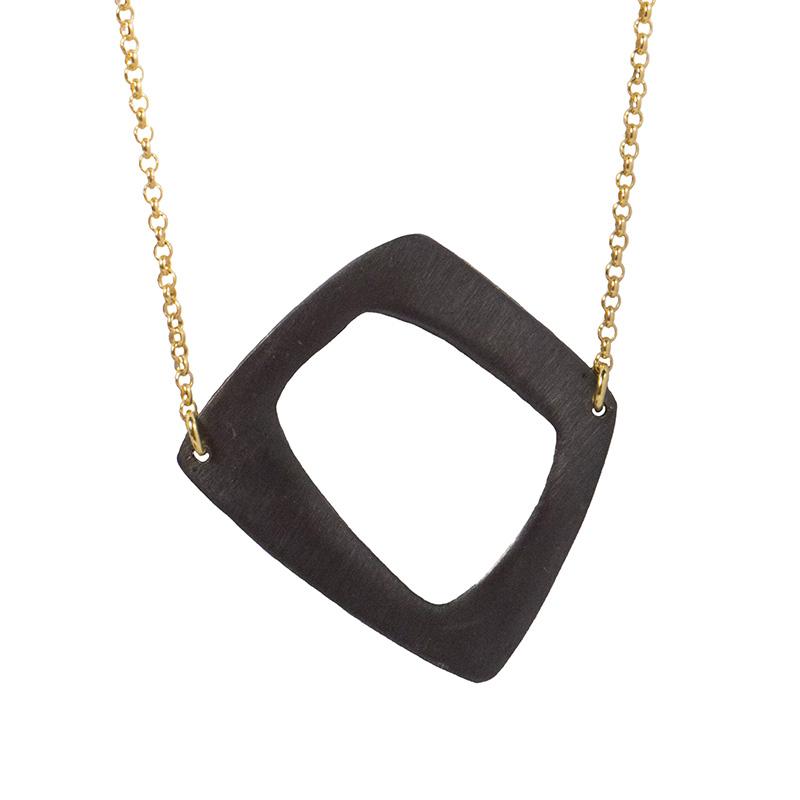 AD Ασημένιο μακρύ μαύρο με χρυσό κολιέ τετράπλευρο