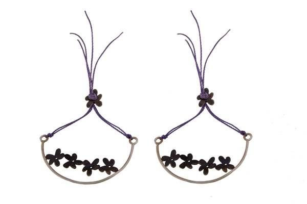 Antria Ασημένια σκουλαρικια λουλούδια με μωβ κορδόνι