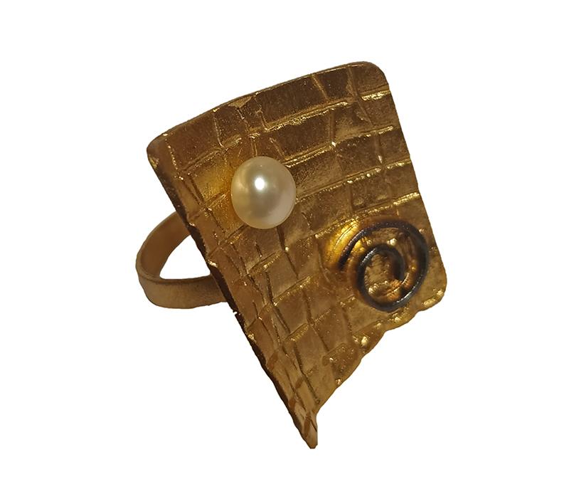 Ano Ασημένιο γεωμετρικό χρυσό δαχτυλίδι με λευκό μαργαριτάρι