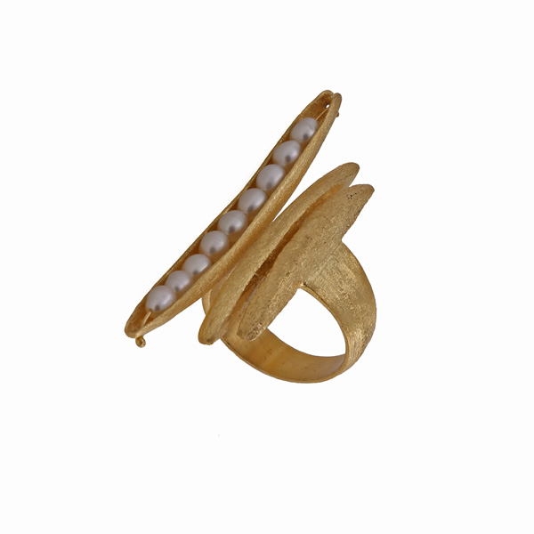 Efstathia Επίχρυσο ασύμμετρο ασημένιο δαχτυλίδι με λευκά μαργαριτάρια