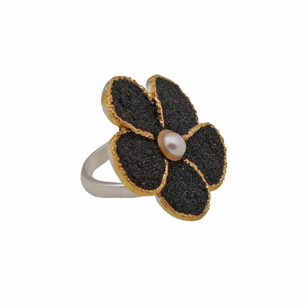 Joy Δαχτυλίδι λουλούδι με μαύρη λάβα και μαργαριτάρι