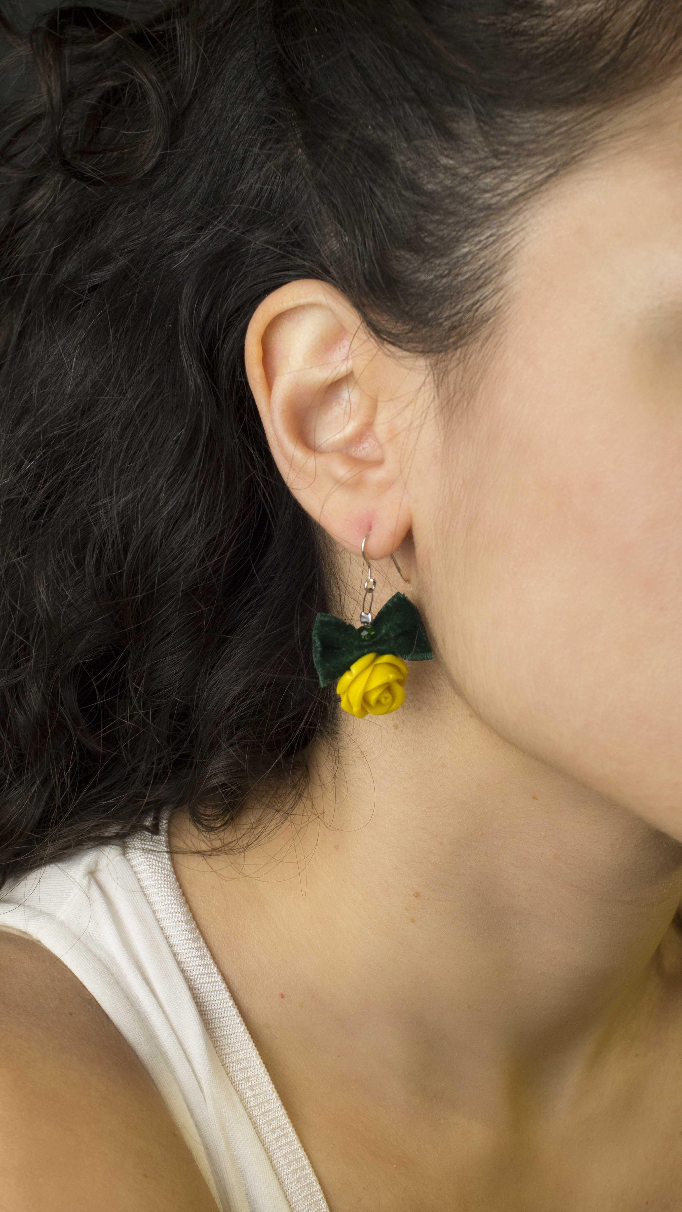 Jt Ασημένια σκουλαρίκια κίτρινα τριαντάφυλλα με βελούδο